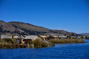チチカカ湖に浮かぶトトラ葦の家々の写真素材 [FYI01563749]