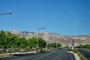 色々な色の岩山が並ぶ景観の写真素材 [FYI01563786]
