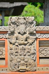 堀やメル(多重石塔)があるヒンドゥー教のタマン・アユン寺院の写真素材 [FYI01563806]