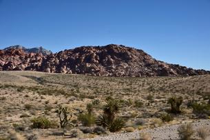 地層と色々な色の岩山が並ぶ景観の写真素材 [FYI01563811]