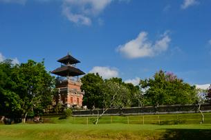 堀やメル(多重石塔)があるヒンドゥー教のタマン・アユン寺院の写真素材 [FYI01563821]