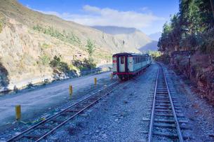 電車と山並みの写真素材 [FYI01563907]