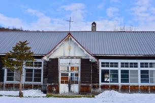 廃校になった旧東川町第4小学校の写真素材 [FYI01563963]