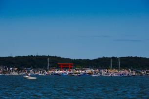御船祭が行われる水上鳥居の一之鳥居付近の写真素材 [FYI01563965]