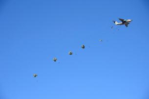 習志野第1空挺団 一般開放行事の降下訓練の写真素材 [FYI01563986]