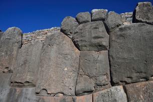 インカ軍とスペイン軍と戦ったとされるサクサイワマン城塞の石組の写真素材 [FYI01563992]
