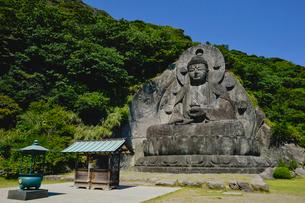 鋸山にある日本一の石大仏の写真素材 [FYI01564000]