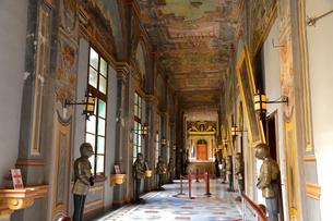 騎士団総長の宮殿 甲冑が並ぶ通廊の写真素材 [FYI01564031]