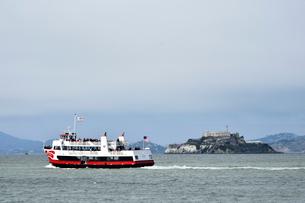 以前は刑務所だったアルカトラズ島と観光船の写真素材 [FYI01564070]
