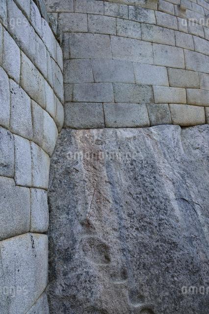 マチュピチュ遺跡の精巧な石組みと棚のような削り跡の写真素材 [FYI01564100]