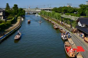 潮来あやめ祭り会場のろ舟と観光船の写真素材 [FYI01564146]