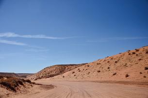 アンテロープ・キャニオンの観光客を乗せたジープが走る道の写真素材 [FYI01564180]