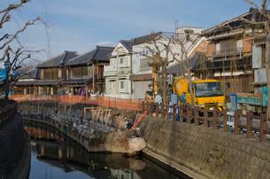 河岸の災害復興工事をする佐原の古い街並み の写真素材 [FYI01564224]