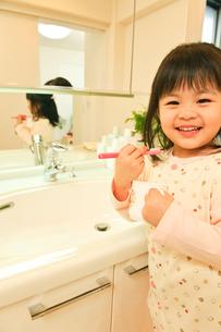 歯磨きをする子どもの写真素材 [FYI01564239]