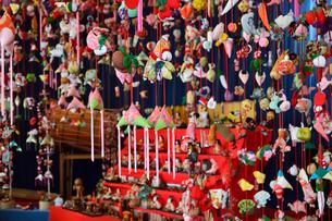 まつだ桜まつりに展示された雛壇と吊りし飾りの写真素材 [FYI01564271]