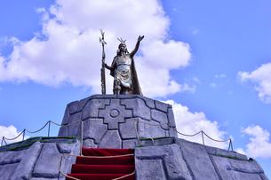 マルマス広場近く立つ,インカ帝国第9代皇帝パチャクテクの像の写真素材 [FYI01564280]