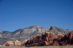 地層と色々な色の岩山が並ぶ景観の写真素材 [FYI01564290]