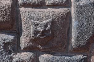 石組みに埋め込まれた動物を模った石(インカ時代か不明)の写真素材 [FYI01564291]