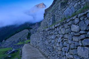 朝もやに包まれるマチュピチュ遺跡と周辺の写真素材 [FYI01564392]