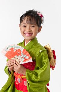 扇子を広げる着物の女の子の写真素材 [FYI01564411]