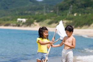 海岸で遊んでいる子供達の写真素材 [FYI01564498]