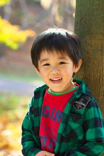 秋の公園で遊ぶ子供の写真素材 [FYI01564500]