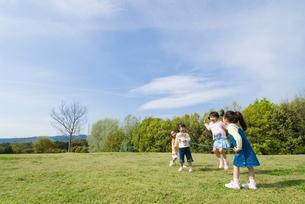 丘の上を走る女の子達の写真素材 [FYI01564535]