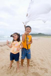 浜辺で遊ぶ子供達の写真素材 [FYI01564548]