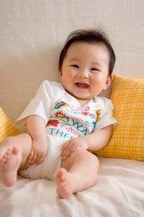 ソファーで笑う赤ちゃんの写真素材 [FYI01564553]