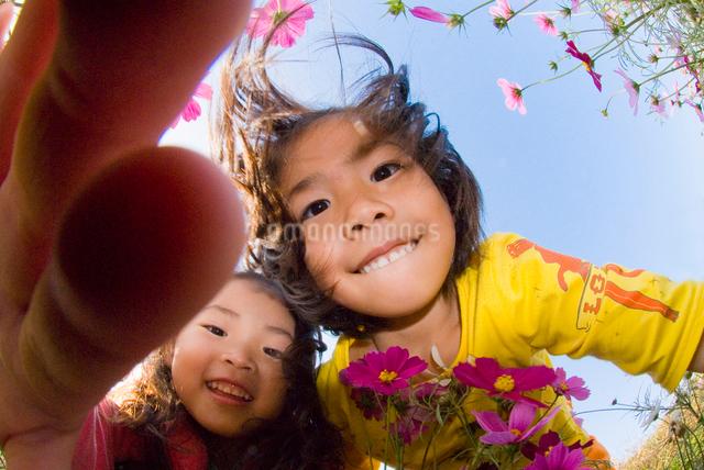 お花畑で遊ぶ子供達の写真素材 [FYI01564600]