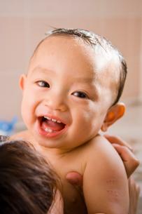 お風呂に入る赤ちゃんの写真素材 [FYI01564620]