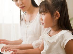 ピアノを弾く女の子の写真素材 [FYI01564756]
