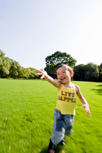 公園を歩く男の子の写真素材 [FYI01564795]