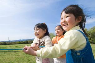 綱引きをする子供達の写真素材 [FYI01564826]