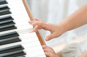 ピアノを弾く女の子の手の写真素材 [FYI01564863]