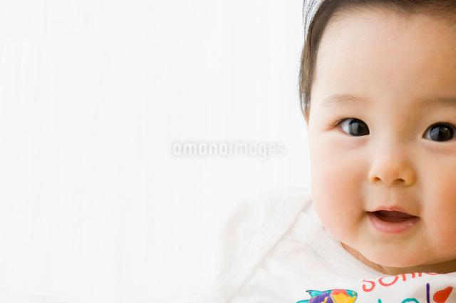 赤ちゃんの顔のアップの写真素材 [FYI01564894]