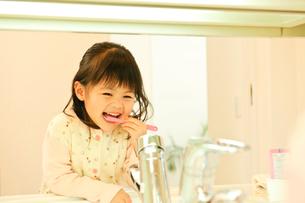 歯磨きをする子どもの写真素材 [FYI01564963]