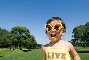 玩具のサングラスをかける男の子の写真素材 [FYI01565009]