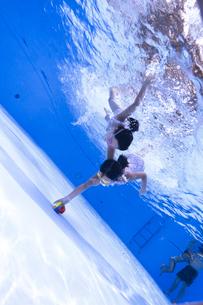 泳ぐ子供の写真素材 [FYI01565049]