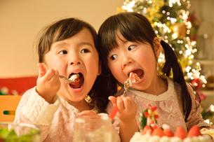 ケーキを食べる子どもの写真素材 [FYI01565053]