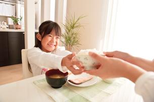 ご飯を差し出す母親の手と子供の写真素材 [FYI01565092]