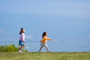 綱引きをする子供達の写真素材 [FYI01565118]