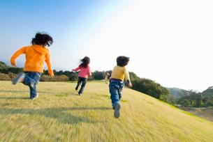 高原で遊ぶ子供達の写真素材 [FYI01565125]