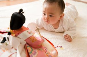 雛人形を見る赤ちゃんの写真素材 [FYI01565127]