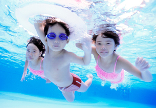 プールで潜る子供の写真素材 [FYI01565134]