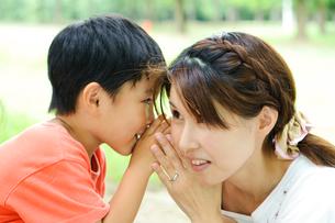 ひそひそ話をする母と子の写真素材 [FYI01565151]