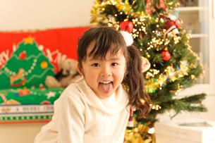 クリスマスツリーと子どもの写真素材 [FYI01565196]