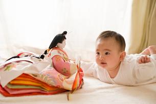 雛人形を見る赤ちゃんの写真素材 [FYI01565255]