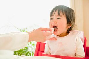 食事をする子供の写真素材 [FYI01565279]