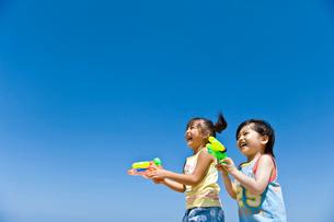 水鉄砲で遊ぶ子どもたちの写真素材 [FYI01565376]